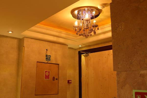 لوستر داخل آسانسور